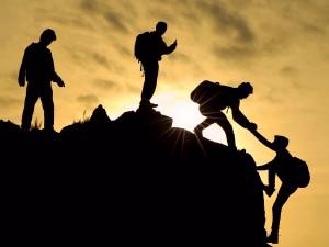 Bergsteiger helfen sich gegenseitig
